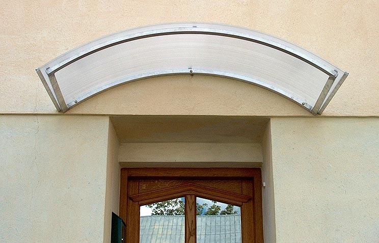 Přístřešek z polykarbonátu s hliníkovou konstrukcí nad vchodové dveře